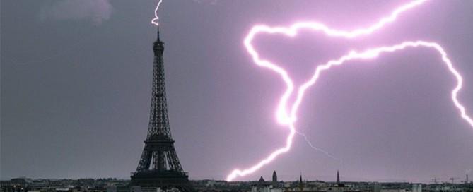 Impact foudre sur la tour effel protégée par france paratonnerre